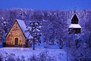 Ragunda gamla kyrka i juleljus.