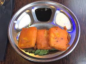Friterad indisk ost, en precis lagom stor förrätt för 55 kronor.