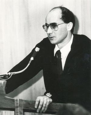 Olov Nilsson Sträng i talarstolen november 1985. Bild Göte Nyman