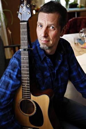 Det är här på kökssoffan hemma i bostaden i Undersåker som Micke Jönsson skriver sin musik.