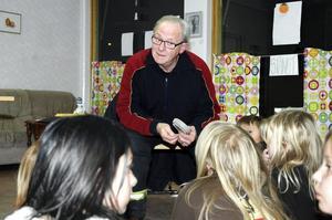 Hasse Hellström, från räddningstjänsten i Kopparberg besökte ungdomsgården i Ställdalen för att lära barnen om bransäkerhet.Bild: annika nygren-berg