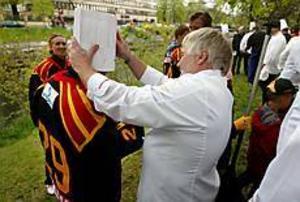 Foto: LASSE WIGERT Krönt. Nordiska kökschefsföreningen erkände sig besegrade i gårdagens tävling i storkanot i Gavleån. Som pris kröntes en av Brynässpelarna med en kockmössa.