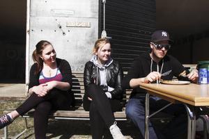 Elever på skola är också på maskindagarna. Klasskompisarna Hanna Olsson, Moa Setterlind och Fredrik Holst Karlsson går sitt andra år på Nytorp.