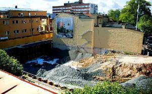 Sprickor upptäcktes när väggen på Sveagatan i Borlänge blottades. Nu ska väggen bort, men resten av huset ska stå kvar. Foto: Sofie Lind