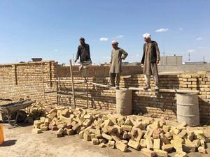 Bygget är beroende av såväl frivillig arbetskraft som inhyrda ingenjörer. Det krävdes mycket folk för att få klart området på bara tio dagar.