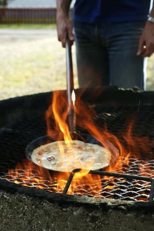 Det ska vara hett när det ska gräddas kolbulle. Det uppnås med fördel över öppen eld.