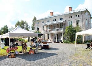 Det finns gott om plats för marknadsstånden vid rondellen framför herrgården i Svabensverk.