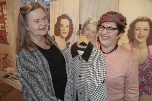 Kitty Carlsson (till vänster i bild) äger en enorm samling nostalgikläder. Med jämna mellanrum ställer hon ut dem och har även modevisningar. En av modellerna är Marianne Lindblad som här är klädd