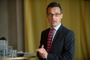 Svår uppgift. Den nye socialförsäkringsministern Ulf Kristersson behöver både försvara och mildra sjukskrivningsreglerna.