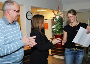 Anna Linde fick ungdomsledarstipendiet för sitt jobb med Lugna Gatan. Här får hon priset av råden Leif Nord (M) och Anna-Caren Sätherberg (S).