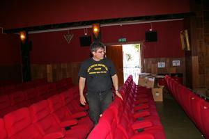 Tungt hjärta. Den illegala nedladdningen av film i Hofors har knäckt Palladium och en 80-årig epok går i graven. Det är med tungt hjärta Björn Wallgren säljer biografen.