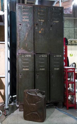 Industrialism. Mörkt trä och etniska mönster mjukar upp de hårda industriinslagen. Bild från PB Homes monter.