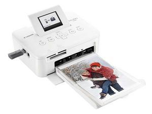 Canon Selphy CP800 är mindre än en vanlig skrivare, och den väger inte ens ett kilo. Förklaringen är att den bara kan skriva ut bilder som är max 10x15 centimeter stora, alltså det vanliga vykortsformatet.Till skillnad från de flesta andra fotoskrivare använder den inte bläck utan en speciell färgkassett - och färgerna värms fast på pappret.Prisintervall: 819-1 520 kronorLäs mer: www.canon.se