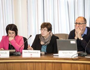 Det ökade investeringsbehovet inom socialtjänsten presenterades för nämnden i går – siffrorna är helt nya. Här ses Malin Larsson (S), Lena Österlund (S) och Torbjörn Stark, socialdirektör.
