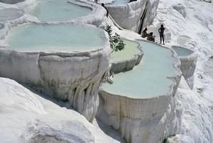 Klipporna vid Pamukkale, som snäckskal fyllda med turkost vatten. Foto: Turkiska turistbyrån