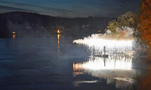 På slaget klockan 22 antändes det eldsprutande vattenfallet över älven.