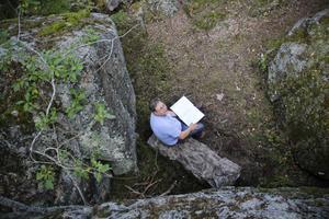 Arbetsledare Hans-Ove Olofsson studerar den inventering som gjorts av Västra berget. - Här är det utförligt beskrivet allting, säger han och visar pärmen.