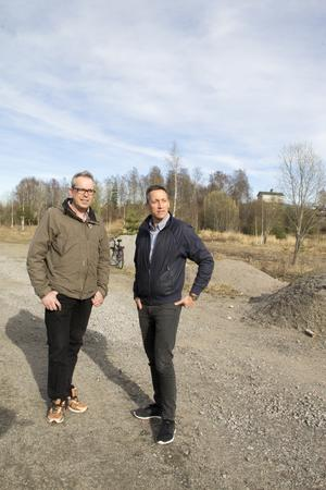 Urban Wigren och Petri Berg på marken där kvarterat Dallas ska ligga.