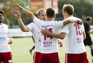 Jubel efter Pelle Lööfs tidiga 2–0. HuFF kopplade snabbt grepp på jumbon Sollefteå.