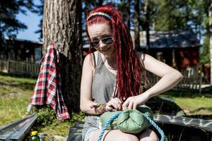 Ellen Samuelsson från Härnösand tillverkar en groda till mystältet. – Som ögon får den gula paljetter, säger hon.