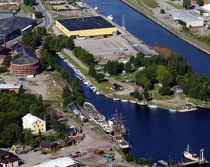Ytterligare en etapp i saneringen av området kring gasklockorna är på gång. Stenborgskanalen, alldeles till höger om stora gasklockan, ska rensas från tjärförorenad sediment.