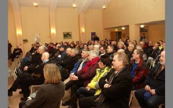 Det var välbesökt i Långshyttans Folkets Hus när samrådsgruppen kallade till stormöte om OKQ8-mackens framtid.FOTO: PÄR SÖNNERT