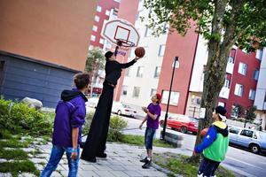 BASKET. I ena hörnet av Matteusparken stod ett gäng ungdomar och lirade basket.