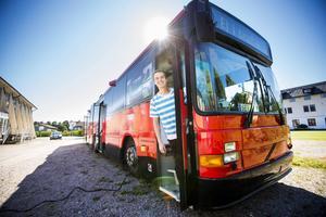 Studenten Viktor Henriksson fick ett oväntat erbjudande om att bo i en buss vid högskolan.