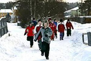 Foto: GUN WIGH Motion. Eleverna  i Storhagsskolans klass 2-3B går eller springer en slinga nästan varje dag. Oavsett väder är barnen pigga på att ge sig iväg ut.