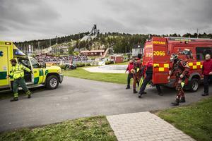Räddningstjänsten och ambulansen anländer till Lugnets friluftsbad och startar en räddningsövning.
