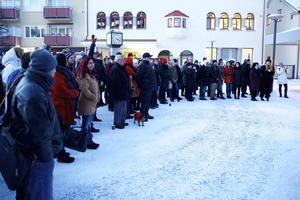Trots det kalla vädret kom ett par hundra Borlängebor till Sveatorget på tisdagseftermiddagen.