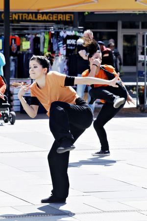 En av de sju danssommarjobbare, 18-åriga Lena Roswall, tycker det känns unikt att få jobba med att uttrycka sig.