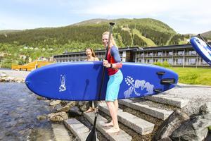 Stand up paddelboard eller SUP blir en aktvitet i Holiday Clubs nya aktivitetstutbud.
