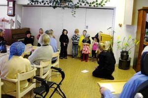 Björkbacka fick celebert besök på skärtorsdagen. Utklädda till påskkärringar, kycklingar och häxor bjöd barnen på traditionella påsksånger.