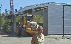 Carina Hedström ser med glädje de nya lokalerna växa fram efter flera års väntan på besked och förhandlingar med försäkringsbolaget om och kring återuppbyggnaden.