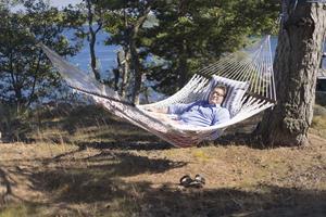 SVT:s programdirektör Jan Helin – som är uppväxt i Nynäshamn och tidigare har arbetat på NP – har ett stressigt jobb. Men i en hängmatta i Ålands skärgård kan han vila ut.