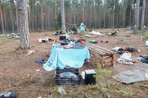 Så här såg det ut i ett läger utanför Tierp efter bärplockarsäsongen 2013.