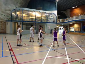 Matcherna spelades i en nybygg och mycket ovanlig hall i Stjördal. Hallen är bygg i ett bergrum. Observera basketfiket i bakgrunden.