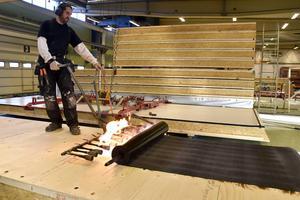 Företaget Lättelement i Högland tillverkar tak- och väggelement –och växer så det knakar. Här bränner Hamid Mirzaei fast takpapp med