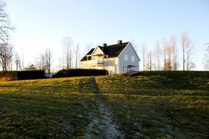 I huset cirka 80 meter bort bor dottern Louise med familj. Det huset byggdes redan 1937.