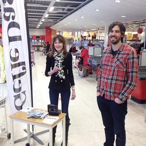 Det var många som ville prata med tidningens representanter på plats i går på ICA Maxi i Sandviken. GD:s chefredaktör Maria Brander och reportern Jonas Harrysson svarade på alla frågor och bjöd också på en tidning till de som ville ha.