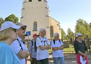 Vandringsgruppen framför kyrkan.
