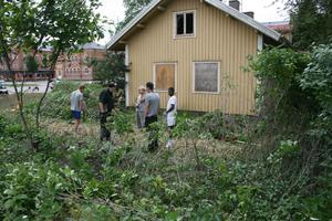 Feriearbetande skolungdomar hjälper till med röjningen av stationsområdet.
