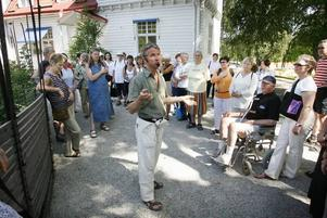 Lars Krantz talar inför några av Wij trädgårdars många besökare.