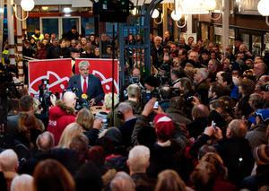 Omringad av journalister i Oskarshamn meddelade Håkan Juholt sin omedelbara avgång på lördagen.