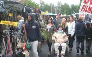 Under både lördagen och söndagen var det trångt mellan marknadsstånden.FOTO: ROLF JOHANSSON