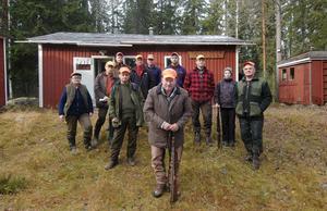 Telningsbo jaktklubb framför klubbens jaktstuga. Längst fram klubbens ordförande Sven-Olov Hellsén. .