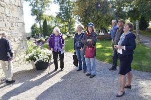 Kyrkguidning. Eva Wetter guidade runt i Hackvads kyrka och visade bland annat den blänkande kyrktuppen.