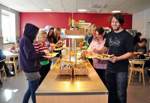 Elevassistent Micke Björk tar glatt för sig av hamburgarna i den nyrenoverade och utvidgade matbespisningen, som håller behagligt låg ljudnivå och är en av skolans stoltheter.