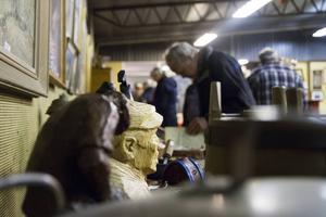 En hel del folk besökte Auktionskammaren dagen innan kvalitetsauktionen för att få sig en liten förhandstitt.